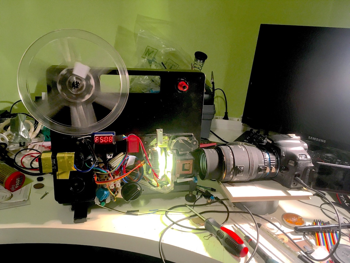 Stroj na prevod 8mm filmov (stara verzia). Základom je premietačka Meolux Meopta Meos Duo